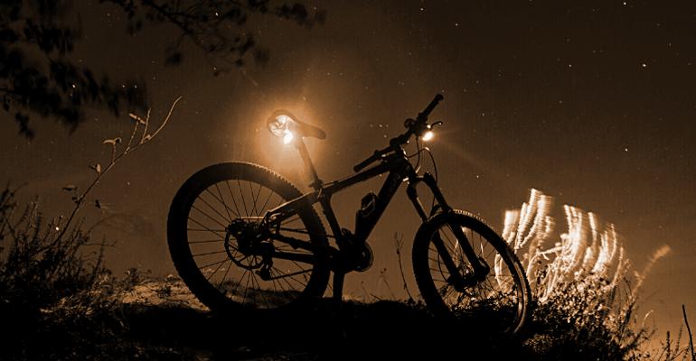 zestaw lampek rowerowych zapewnia oświetlenie z obu stron roweru