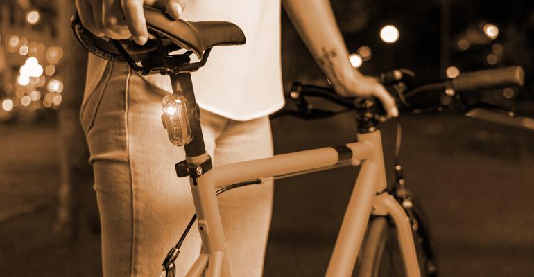lampka rowerowa tylna sygnalizuje czerwonym światłem obecność rowerzysty na drodze