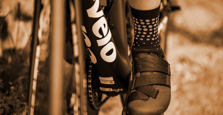 skarpetki kolarskie podkreślają oryginalny styl kolarza