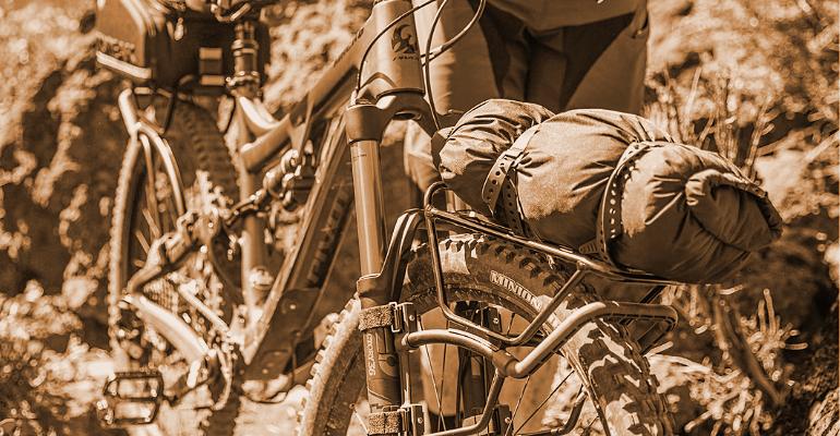 bagażnik rowerowy zamontowany w rowerze górskim